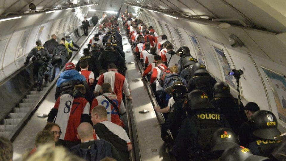 Stovky fanoušků Slavie mířili na Letnou, policie jich několik zadržela