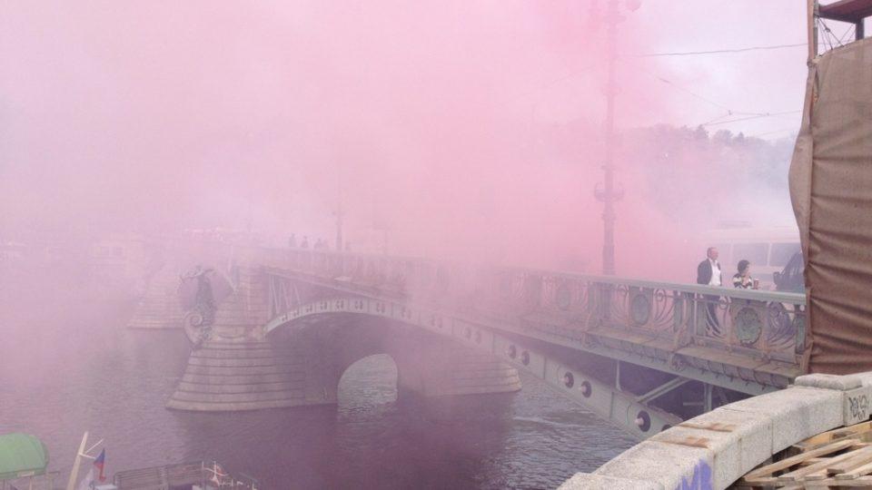 Čechův most při pochodu fanoušků zahalil dým