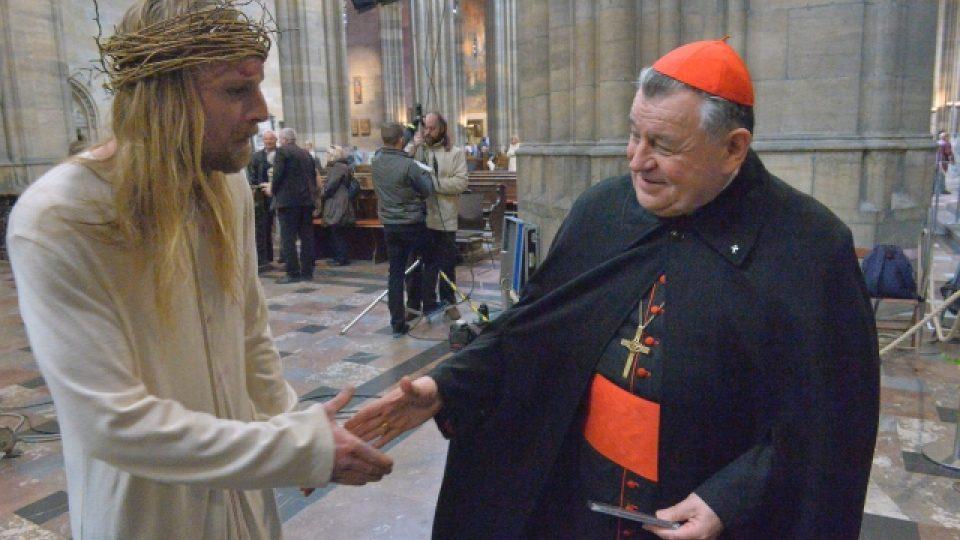 V katedrále sv. Víta v Praze se 12. dubna poprvé hrály pašijové hry. V roli Ježíše Krista účinkoval Jakub Gottwald (vlevo), na snímku s kardinálem Dominikem Dukou
