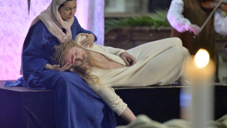 V katedrále sv. Víta v Praze se 12. dubna poprvé hrály pašijové hry. Pannu Marii hrála Nela Boudová (vlevo) a v roli Ježíše Krista účinkoval Jakub Gottwald (vpravo).