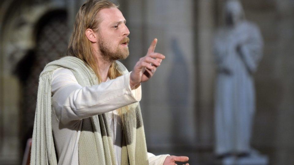 V katedrále sv. Víta v Praze se 12. dubna poprvé hrály pašijové hry. V roli Ježíše Krista účinkoval Jakub Gottwald
