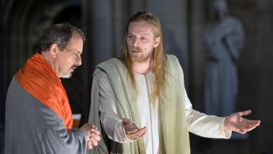 V katedrále sv. Víta v Praze se 12. dubna poprvé hrály pašijové hry. V roli Ježíše Krista účinkoval Jakub Gottwald (vpravo), v rolích Ježíšových učedníků a vypravěče vystoupil Otakar Brousek ml. (vlevo),