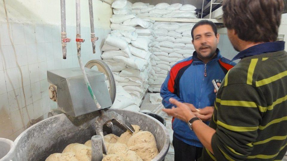 Egyptský pekař Fáris vysvětluje autorovi reportáže technologii hnětení arabské chlebové placky