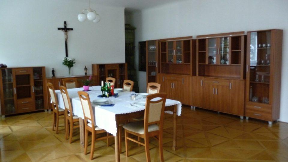 Jídelna, ve které usedá ke stolu Dominik Duka