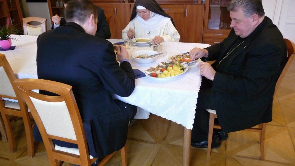 Kardinál Duka a jeho blízcí spolupracovníci s úsměvem souhlasili s focením u oběda