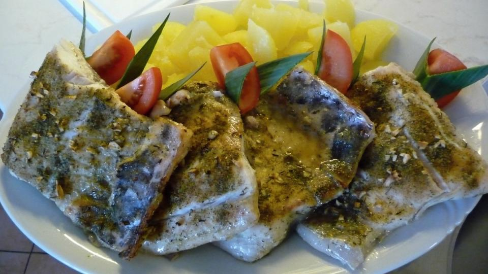 Tentokrát je k obědu pečený amur s bramborem