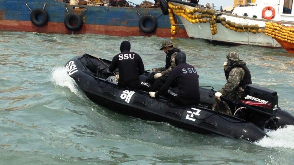 Záchranné práce na potopeném jihokorejském trajektu Sewol