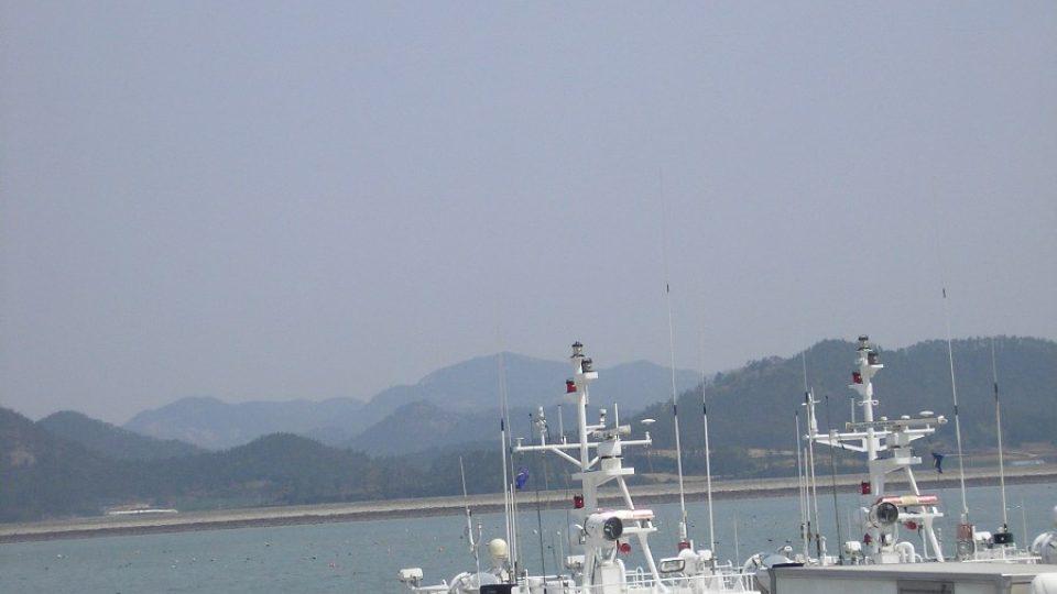 Do pátrací akce je zapojeno 560 potápěčů, přes 200 lodí a 34 helikoptér