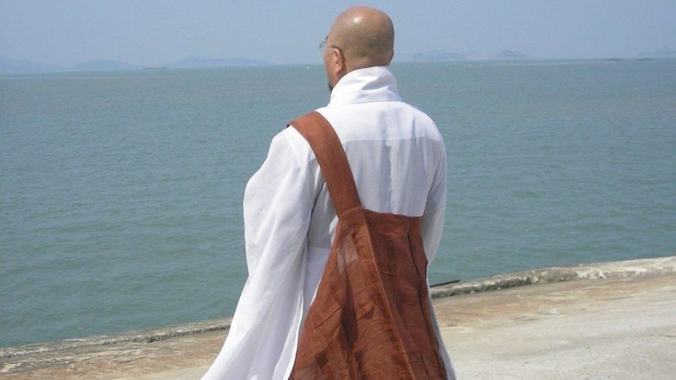 Buddhistický mnich se na ostrově Jindo modlí za mrtvé