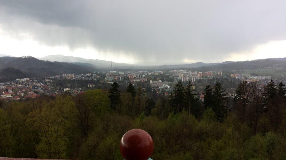 Pohled na Rožnov pod Radhoštěm, pořádně pršelo