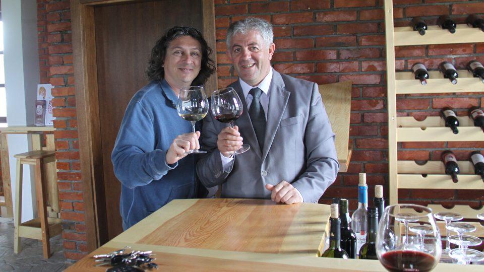 Hamëz Rama, šéf sdružení dvanácti vinařství zvaného Enologjia, s autorem reportáže