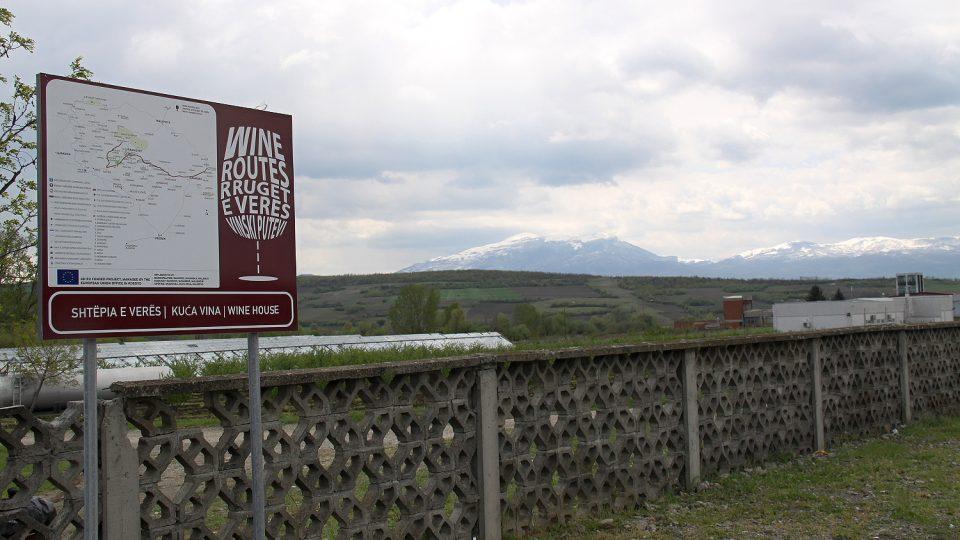 Vinná stezka v Kosovu se vine mezi kopci u města Rahovec