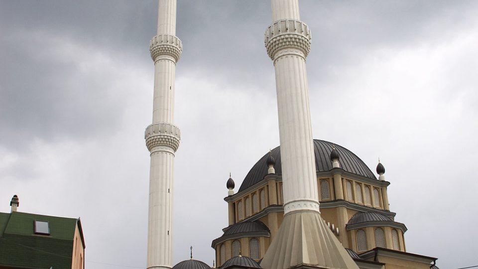Úzké, vysoké minarety jsou v okolí Rahovce všudypřítomné
