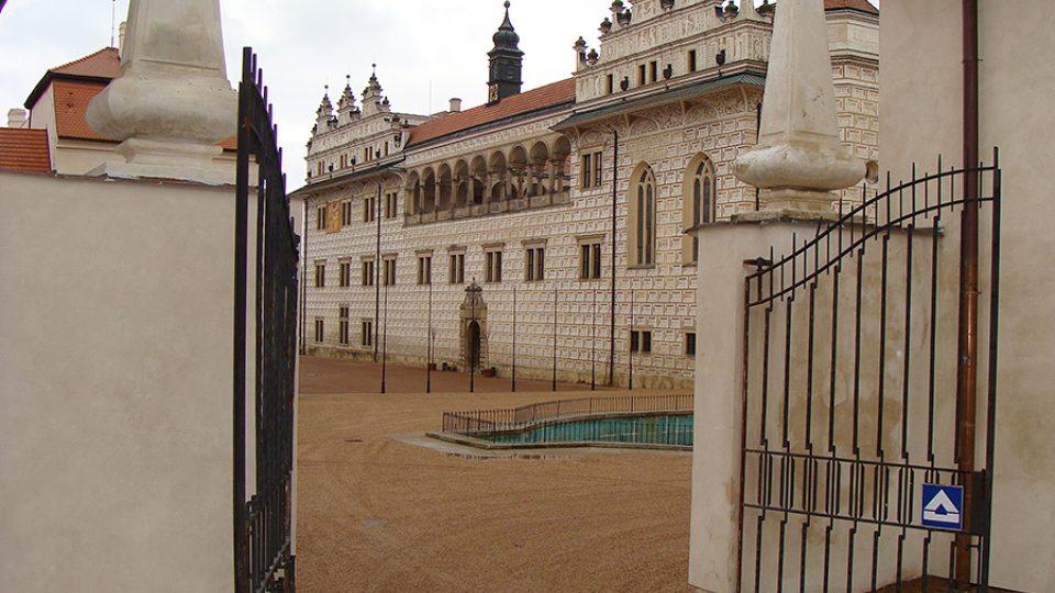 Horní brána zámeckého areálu