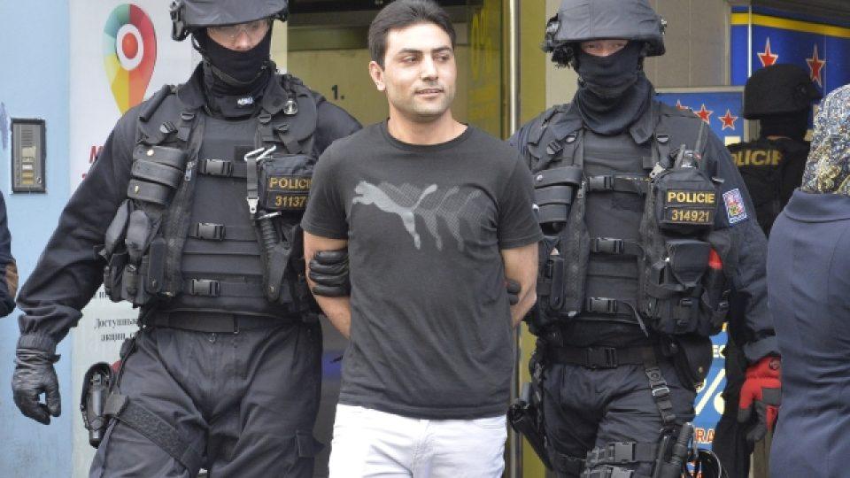 Zásah policistů z ÚOOZ  v  sídle Islámské nadace Praha v ulici Politických vězňů