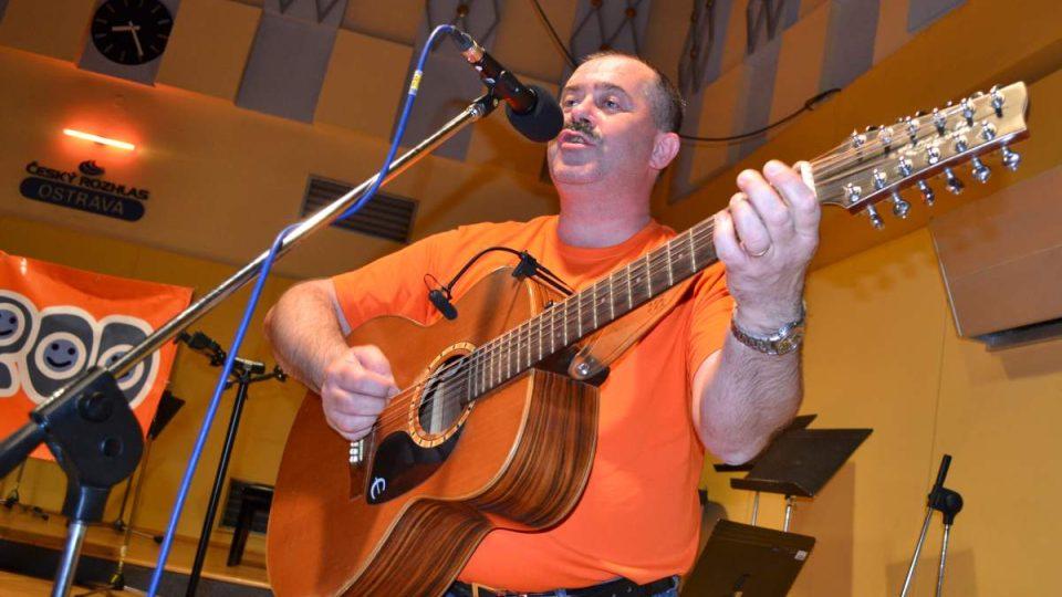 René Racek Matlášek - kapelník, autor, zpěv, dvanáctistrunná kytara