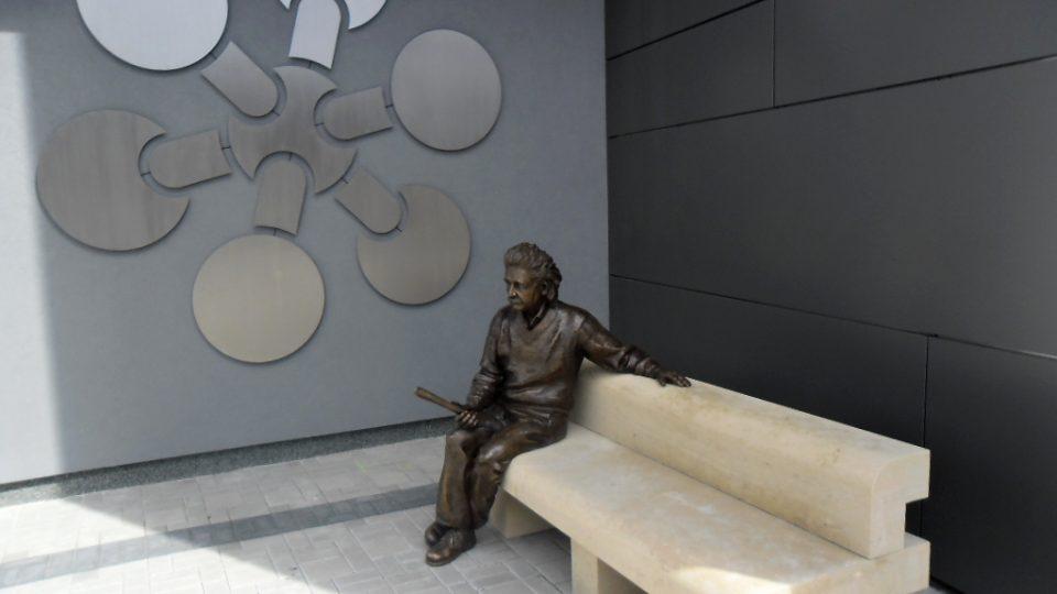 Albert Einstein na lavičce
