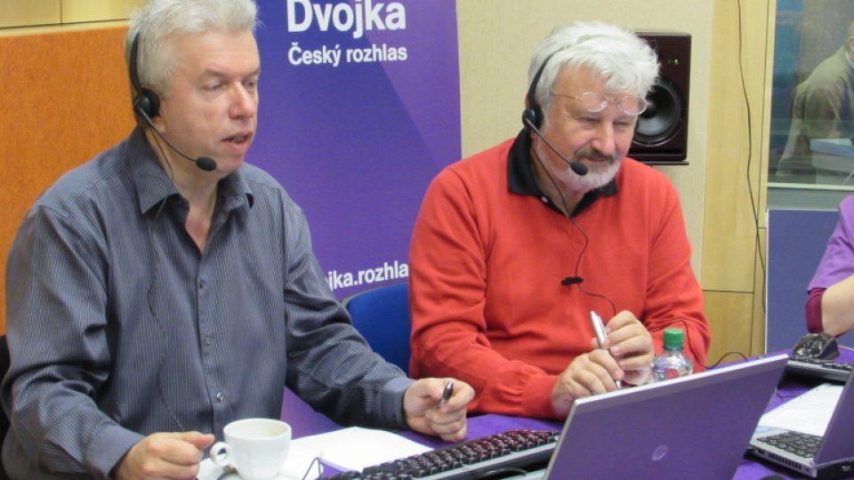 Call centrum Dne pro Pustevny v Českém rozhlase. U telefonu jsou houslista Jaroslav Svěcený (vlevo) a psychiatr Jan Cimický