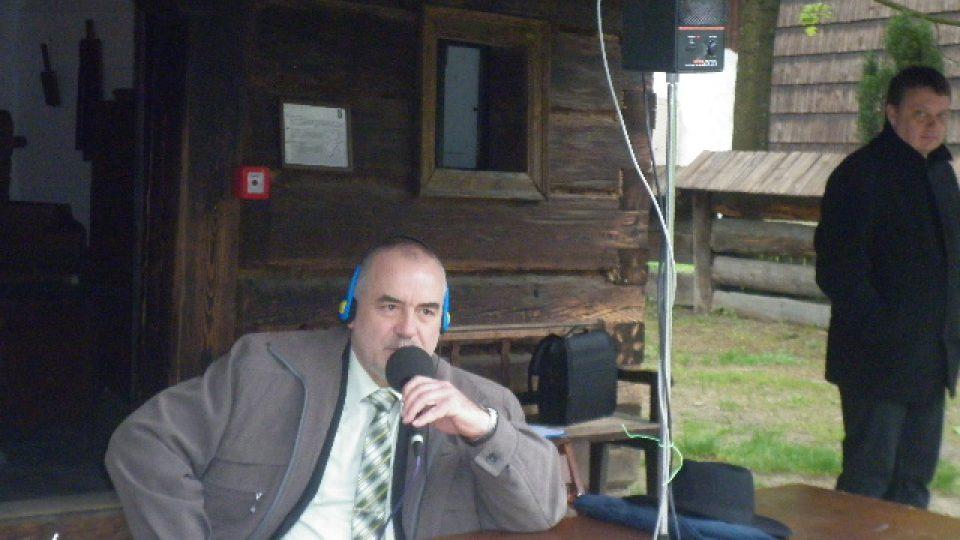Ředitel skanzenu Jindřich Ondruš poskytuje rozhovor přes rozhlasové linky