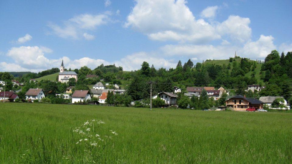 Malebná obec Hoštejn na začátku trasy nabídne i výstup k památníku stavby dráhy