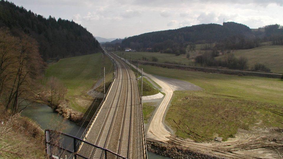Nová trasa železnice, ze které odbočuje bývalý násep
