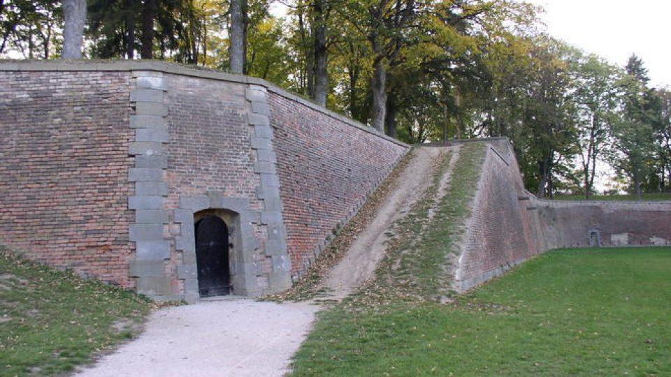 Hradby pevnosti s hradebním příkopem