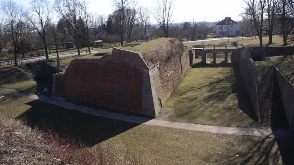Torzo jednoho z Ravelinů s obnoveným mostem