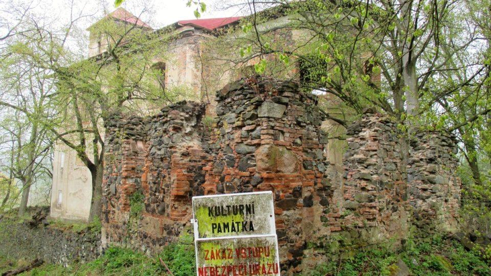 Kulturní památku chrání mříže a cedule