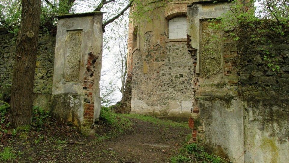 Vstup do prostoru kostela a fary
