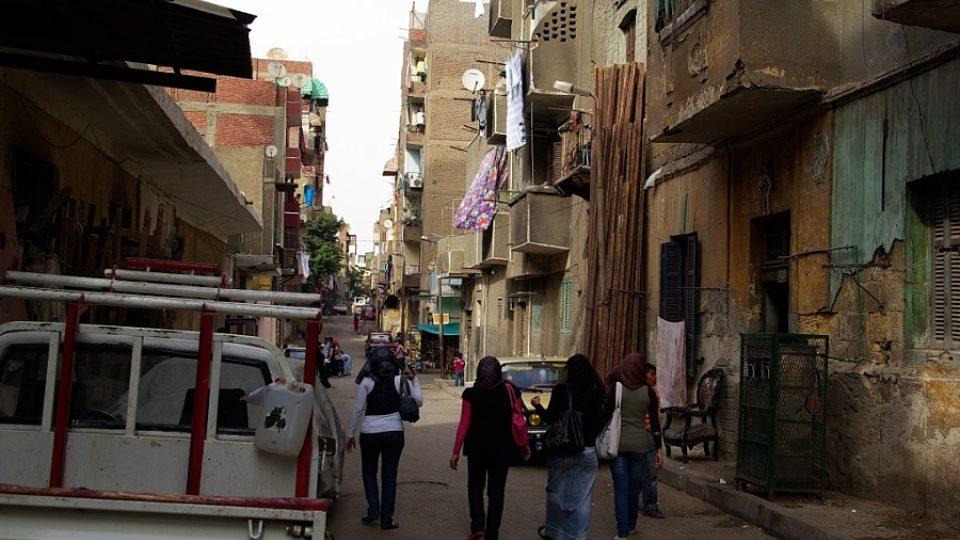 Cesta od stanice metra k univerzitě vede lidovou káhirskou čtvrtí