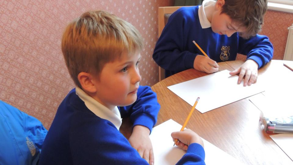 Londýnští školáci Charlie a Edward kreslí obrázky k animaci