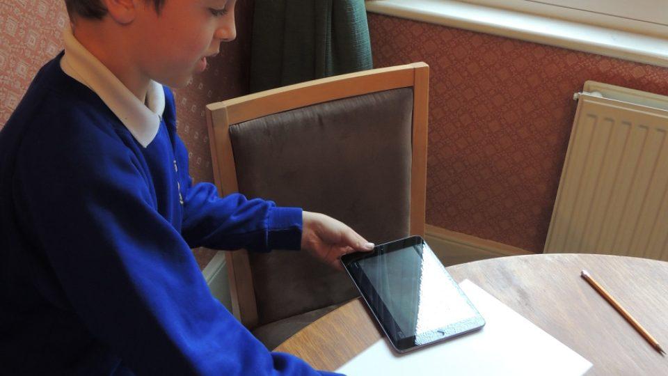 Edward umí rozpohybovat obrázky na tabletu