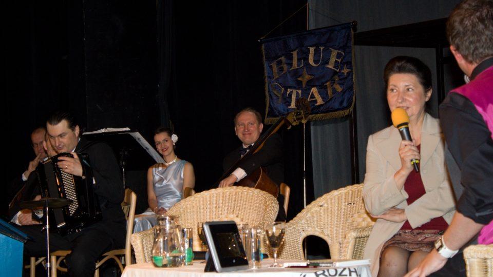 Marie Hkenová-Ulrichová, Aleš Cibulka, v pozadí orchestr Blue Star Václava Marka