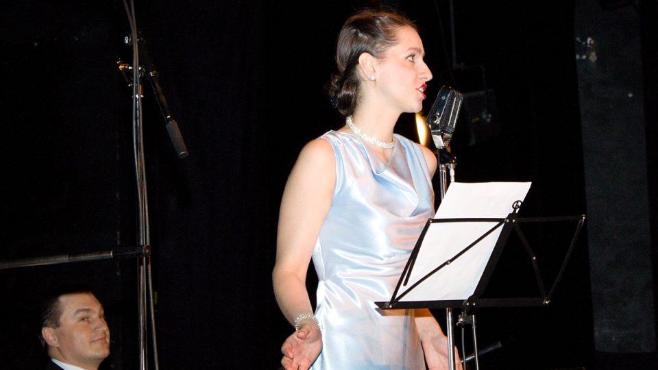 Zpěvačka orchestru Blue Star Václava Marka