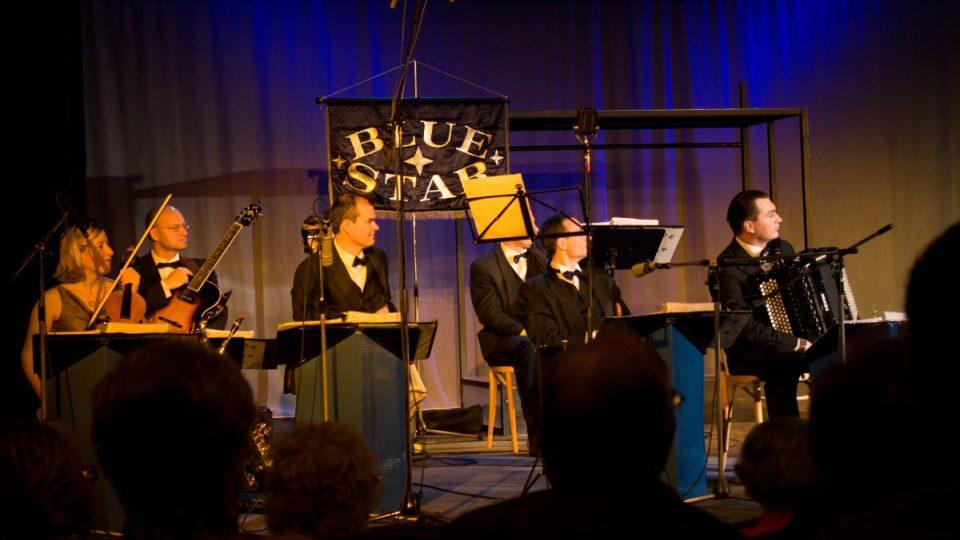 Orchestr Blue Star Václava Marka se zájmem naslouchá hostům Aleše Cibulky v Toboganu