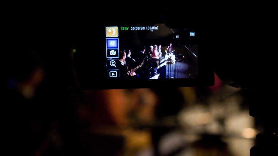 Živý přenos Toboganu z Divadla U Hasičů byl také natáčen