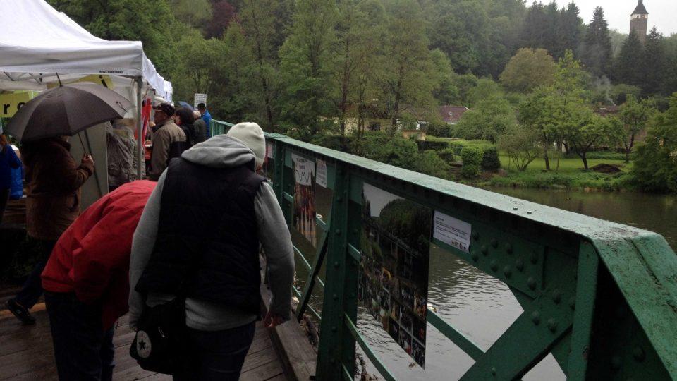 Česko-rakouský piknik na mostě přes Dyji u Hardeggu