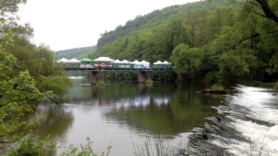 Češi a Rakušané oslavili výročí pádu železné opony symbolicky piknikem na mostě přes Dyji, kudy také v těchto místech prochází státní hranice