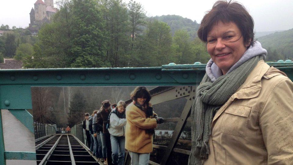 Christina Kippesová pózuje před fotkou, na níž je sama zachycena před 25 lety