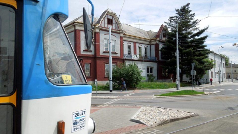 Krizové centrum Ostrava sídlí přímo na tramvajové zastávce Hlavní nádraží.jpg