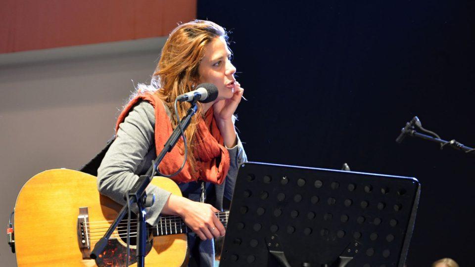 Aneta Langerová na zkoušce před koncertem s Jihočeskou komorní filharmonií v Českých Budějovicích