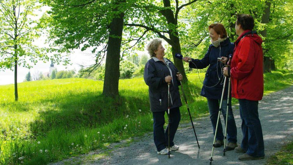 Na Uhlířském vrchu Petra Štrymplová s mikrofonem zastihla paní Martu a Marii