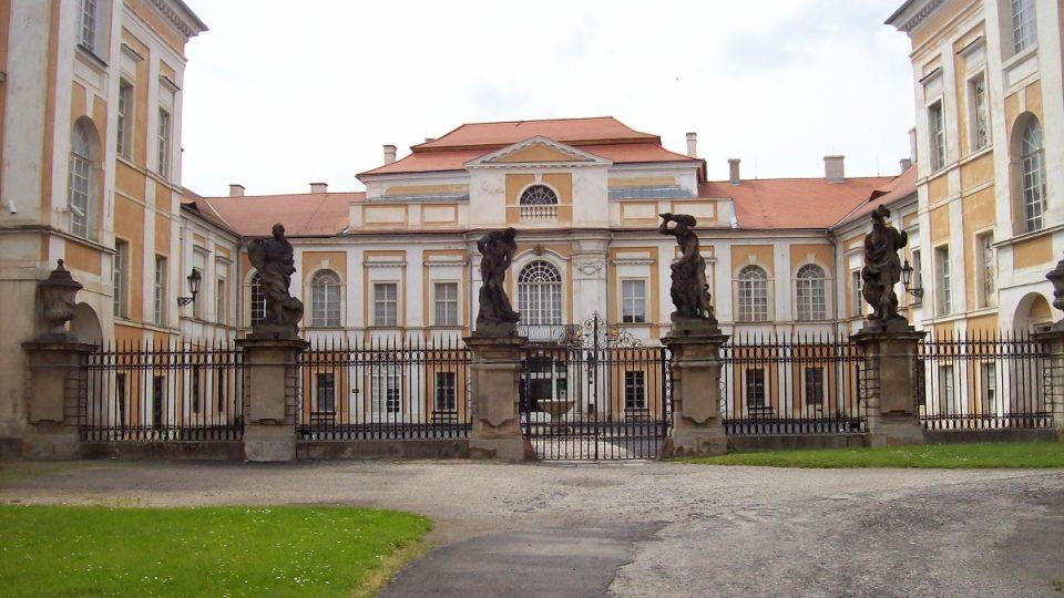 Zámek Duchcov - vjezd do zámku