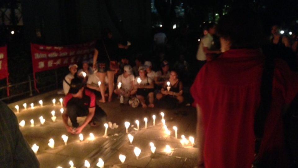 V hongkongském parku Victoria si lidé – tak jako každý rok – připomínají masakr na náměstí Nebeského klidu