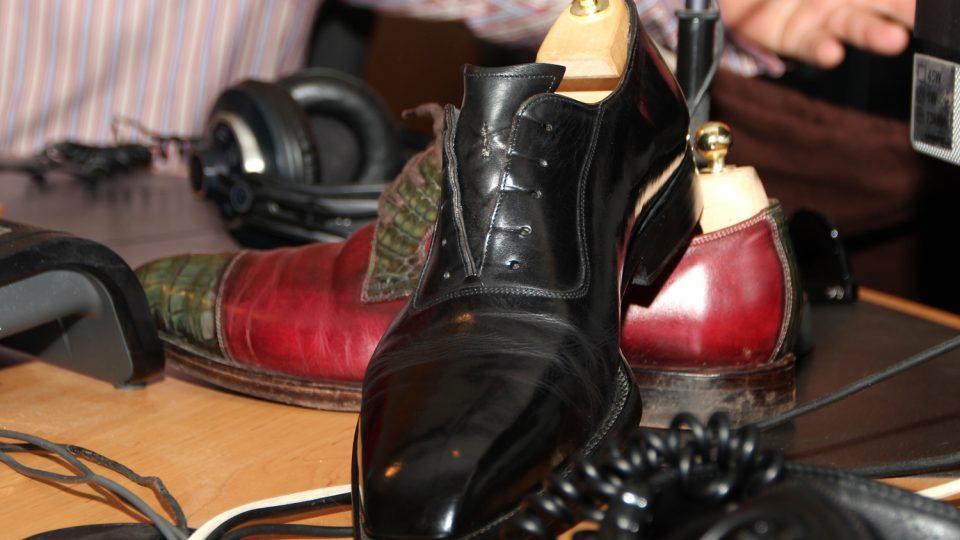 Boty neleží na stole ve studiu Radiožurnálu každý den