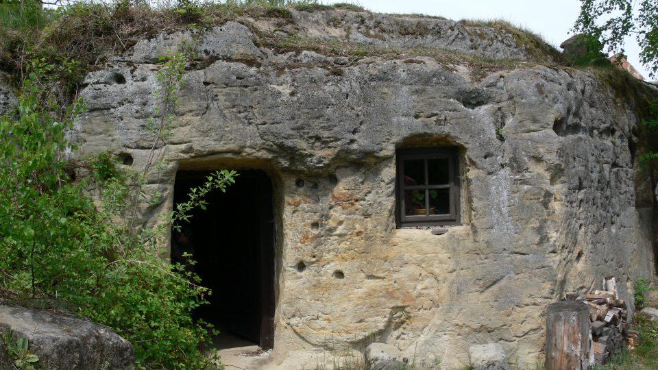 Skalní obydlí ve Zderazi připomínají pevnostní opevnění