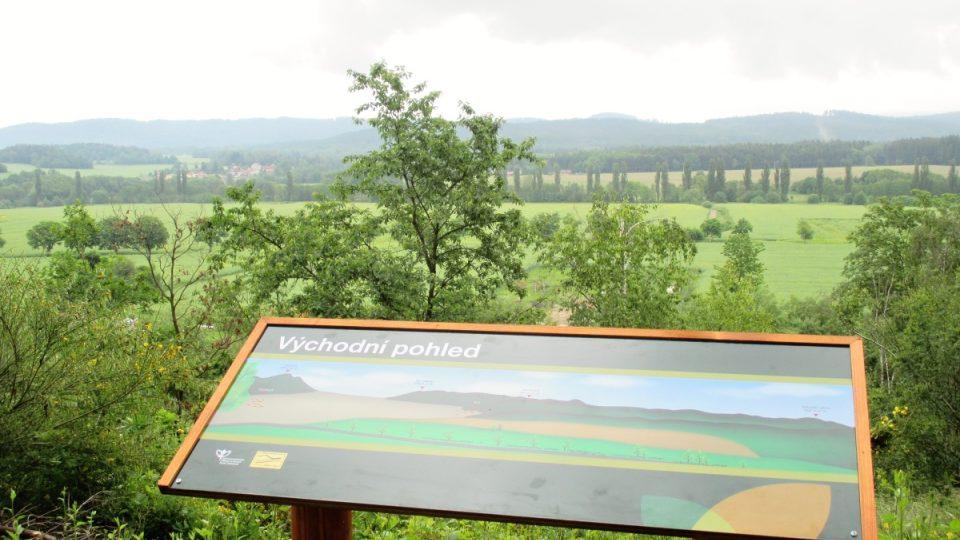 Východní pohled s novou panoramatickou tabulí