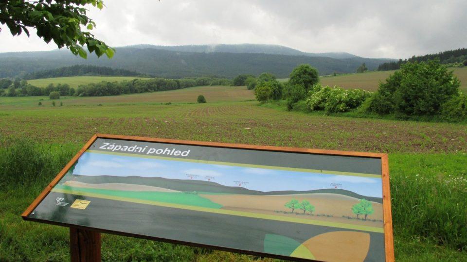 Západní pohled s novou panoramatickou tabulí