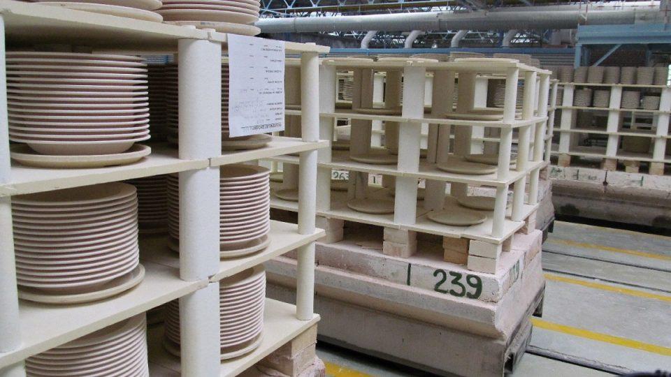 Pecní vozy pro přežahovou pec (s naloženými syrovými talíři)