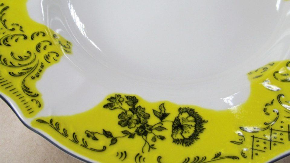 Detail talíře s obtiskem před výpalem v dekorační peci